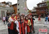 台湾同胞参访北川老县城地震遗址 缅怀遇难同胞