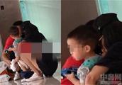 佟丽娅带儿子买东西 给儿子换尿布很熟练