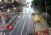 惊心!面包车路口转弯时被撞,路口旋转360度