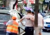 气愤!男子倒车压住环卫工扫把引发口角 暴打环卫工