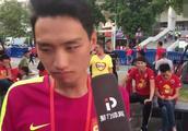 泪目,广州恒大球迷不舍保利尼奥,望能给他一个告别仪式!