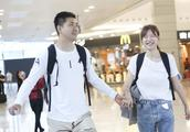 李艾与老公手挽手现身机场 笑到眼睛都没了 表情丰富
