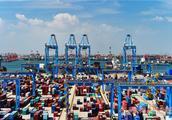 """探访青岛""""无人码头"""" 运输装卸全自动"""