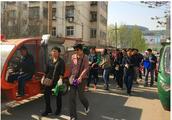 天津河东上杭路街万和里社区进行卫生清整