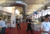 美国知名企业的薪资不光丰厚,就连午餐的食堂也让人叹为观止