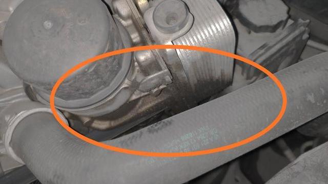 奔驰漏油车主的微博 这个奔驰350水箱里面有有油可能是什么油漏了麻烦说的全面一点谢谢