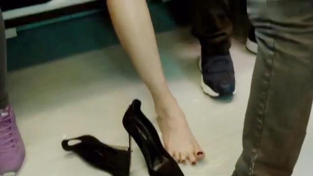 求一片女生脚受伤,因为忍受不了脚疼脱鞋揉脚被折磨的小说