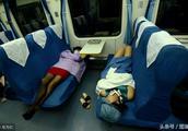 火车硬座也能当卧铺睡!在你坐火车的经历中,最难忘的事情是什么
