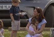 乔治小王子和妹妹抢玩具玩 又被妈妈凯特王妃给训了 满脸的小委屈