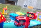 满是泡沫的巴士公交车玩具都被用水冲洗干净