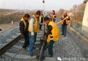 哈尔滨铁路局佳木斯工务段全面做好佳富线无缝线路应力放散施工