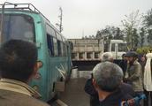 内江汉安大道一早重大车祸,送灵车被环卫车爆撞!