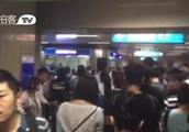 实拍北京地铁1号线早高峰发生故障 大量乘客滞留