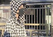 古力娜扎现身央视元宵彩排,穿30000大衣经典时髦,口罩下秀美艳