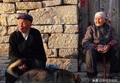 农村老人的养老难题,每月只有100元养老金,这些钱真的够花吗