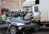 广西玉林一辆小货车与轿车相撞致2死3伤