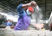 实拍手撕豆干制作工艺,贵州小县年销5亿块,有人坐飞机去吃!