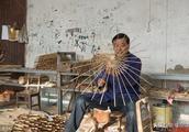 千年油纸伞村仅剩4个匠人面临破产,他带全村度过难关年产值600万