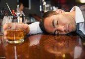 酒后送到家楼下,上楼时摔伤 ,酒友赔不赔?