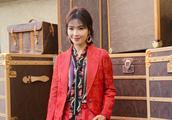 41岁刘涛竟爱上花衬衫,还和红色西装穿一块,高难度造型惊艳秀场