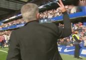 穆里尼奥伸三手指回击切尔西球迷:本帅在这里拿了三次英超冠军