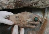 考古队无意间发现一具女尸,经过2000年尸体都没腐烂,太诧异