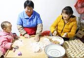 小熙家今天包饺子,莹莹和米宝一起帮忙,不会包的等着吃