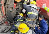 惨烈!重型货车南林高速撞护栏,安阳高速交警全力施救