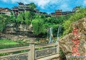 湘西古镇其名芙蓉,宏伟瀑布穿梭其中,景色清新如同出水芙蓉