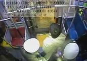 刑拘! 郑州一男子坐过站要强行下车 遭拒后两次怒抢方向盘