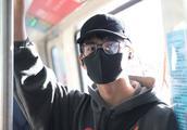 刘昊然乘坐地铁被偶遇!路人说出一个请求,让他羞红耳根