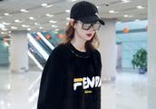 戚薇机场私服潮出新高度,格子衫搭皮裤超时髦,穿出不一样style
