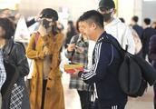"""张杰谢娜现身机场变""""口罩cp"""",两人大方牵手撒狗粮恩爱十足"""