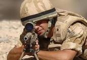 红海行动中狙击手为什么用网布将瞄准镜蒙住,这样不会看不见吗?