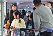 甘比带大女儿购物,保镖贴身保护,女儿一个动作暴露甘比教育方式