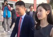 刘强东带娇妻章泽天回老家,当看见刘强东手放的地方,网友炸锅了