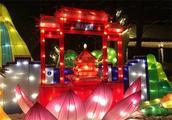 在南京观灯还有一绝,就是不用走,也能将一路美景看个够!