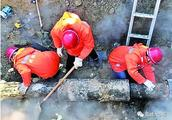运城市区红旗西街一供热管网昨发生泄漏
