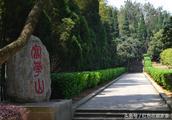 胡耀邦墓,与妻子合葬,没有葬入八宝山,其一生光明正大,实事求是