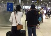 郭晶晶终于开窍?背2万块的Loewe包现机场,穿衣品味让人刮目相看