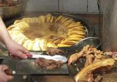 北京地道小吃,卤煮火烧28元一碗!师傅快刀剁肥肠,看着就流口水