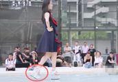 谢娜穿30厘米的高跟鞋做节目,一不小心摔个底朝天,网友:作大了