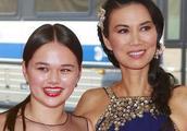 邓文迪女儿靠在她肩膀上一脸笑容,网友:继承了默多克的好基因
