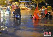 暴雨袭击福州 路面积水严重
