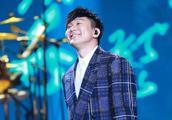 林俊杰天津演唱会晒紫色新衣服腿毛成功抢镜 有腿毛的男人真性感
