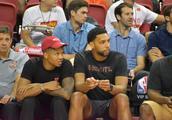 NBA夏联官方发布富尔茨与奥卡福现场观看比赛的照片