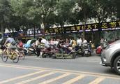 西安外卖小哥集体罢工 原因系抵制美团降价!