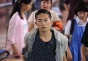 易烊千玺新片曝路透照,网友:这造型像社会大哥