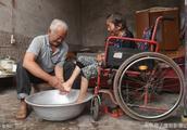 老兵放弃工作回老家,41年精心照料瘫痪妻子,网友:这是人间真爱