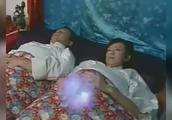 女子怀孕,丈夫睡在旁边,不料女子肚皮发光,竟能自己慢慢变大